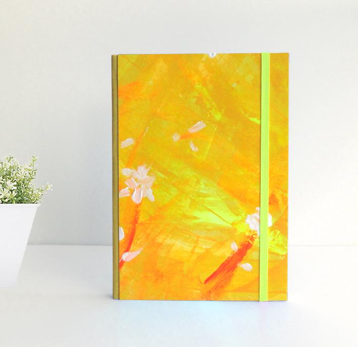"""Cuaderno A5 Tamaño Cuartilla. Encuadernado y pintado a mano. """"Sunshine is here"""""""