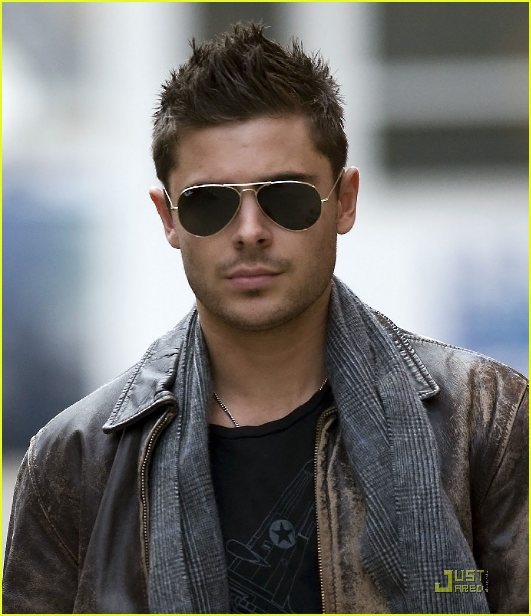 http://1.bp.blogspot.com/-PZm7Vrsx54M/T4KsaTAB6_I/AAAAAAAAAnk/AswSoLb46qs/s1600/Zac-on-set-New-Years-Eve-zac-efron-19812081-1052-1222.jpg