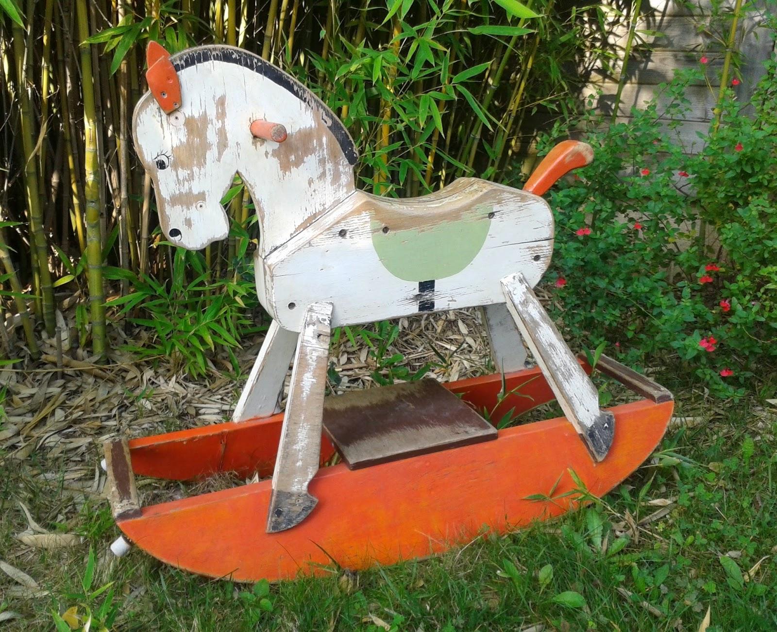 cheval à bascule vintage en bois, couleurs