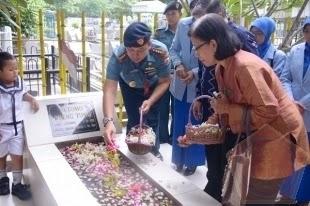 Calon Awak KRI Bung Tomo-357 Ziarah ke Makam Nasional Bung Tomo