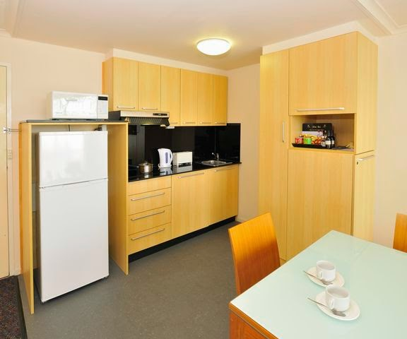 Metro Hotel & Apartments Gladstone kitchen