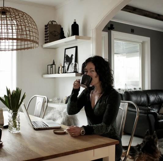 svart vitt och rött, blogg, inredning i svart och vitt, matsal, tulpaner, vita hyllor,