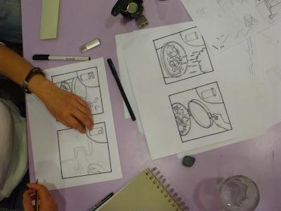 Vogelperspektive: An einem Tisch wird mit Zeichenstift das Thema analysiert