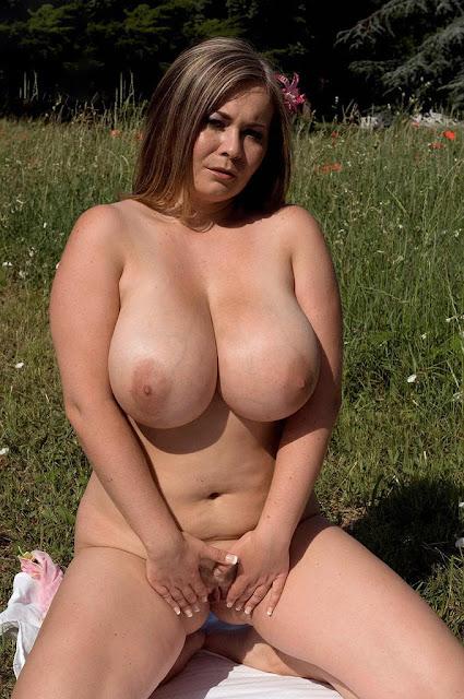 Schwere Hänge Titten nackt und Outdoor