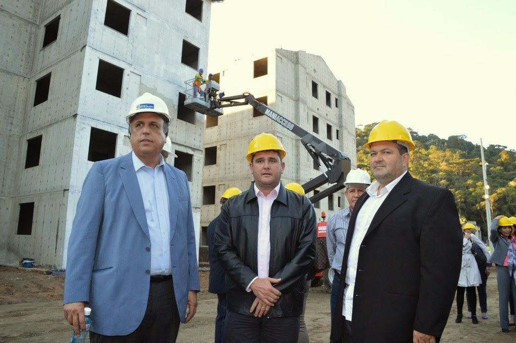 Prefeito Arlei e o vice Marcio Catão com o governador Pezão em visita à obra das casas populares