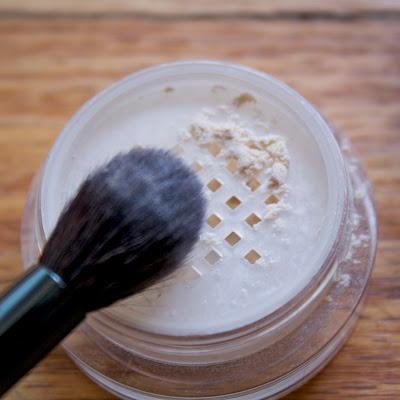laura mercier translucent loose powder application