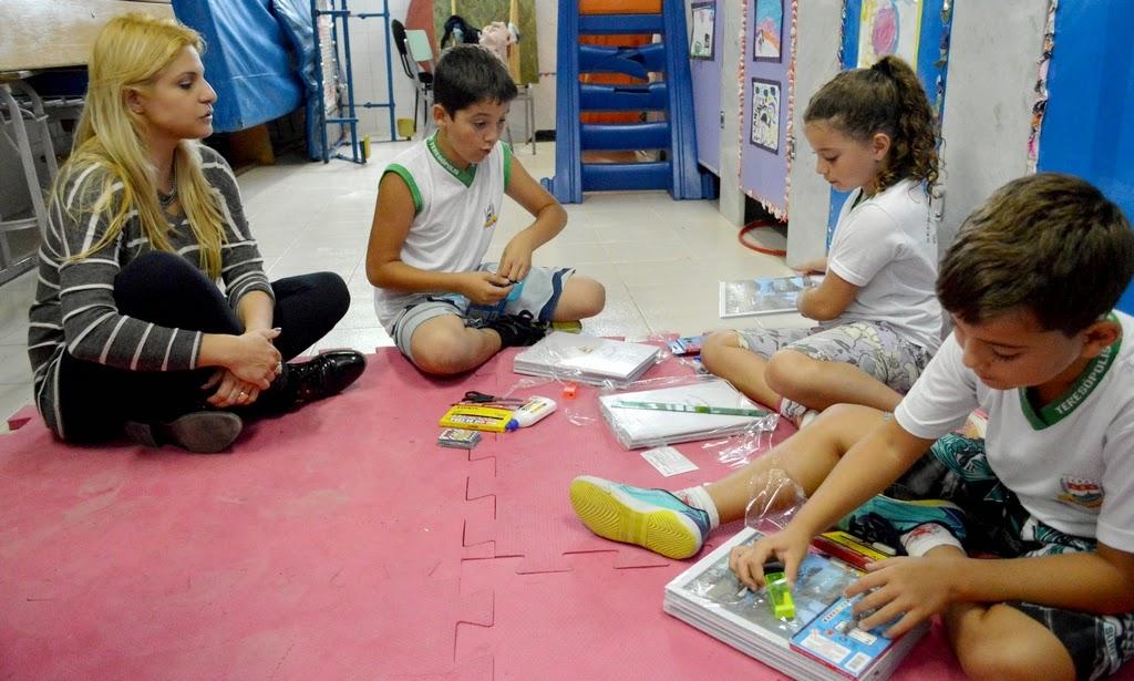 Diretora Carla Cunto conversa com alunos após a entrega dos kits escolares