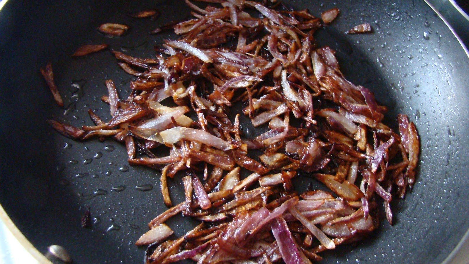 Mana telugu vantillu hyderabadi chicken dum biryani heat oil in a pan and add the sliced onion and deep fry them till it becomes crisp and dark brown forumfinder Images