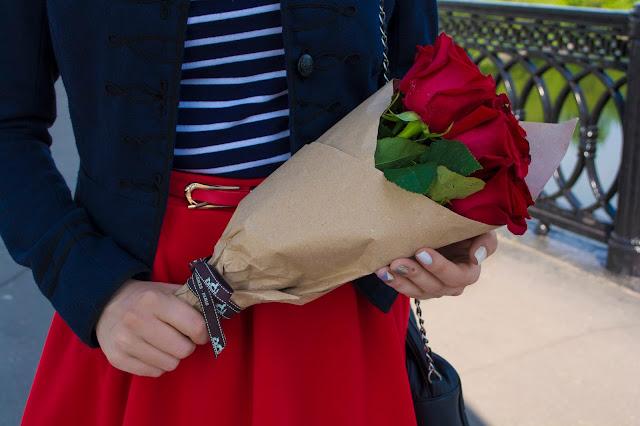 монобукет в крафт бумаге красные розы