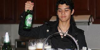 Foto GAmbar Al Lucky Laki Ngerokok dan Minum Beer Minuman Keras Halloween