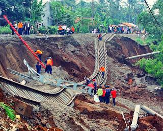 Foto bencana alam tanah longsor 66