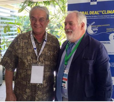 Il Ministro degli Esteri delle Isole Marshall, De Brum (a sinistra), con il Commissario Europeo per il Clima e l'Energia, Canete)