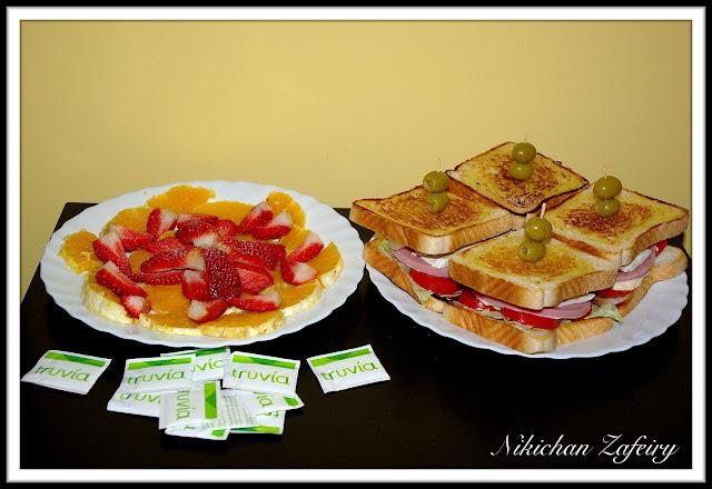 Cena sana de sanwiches y fruta