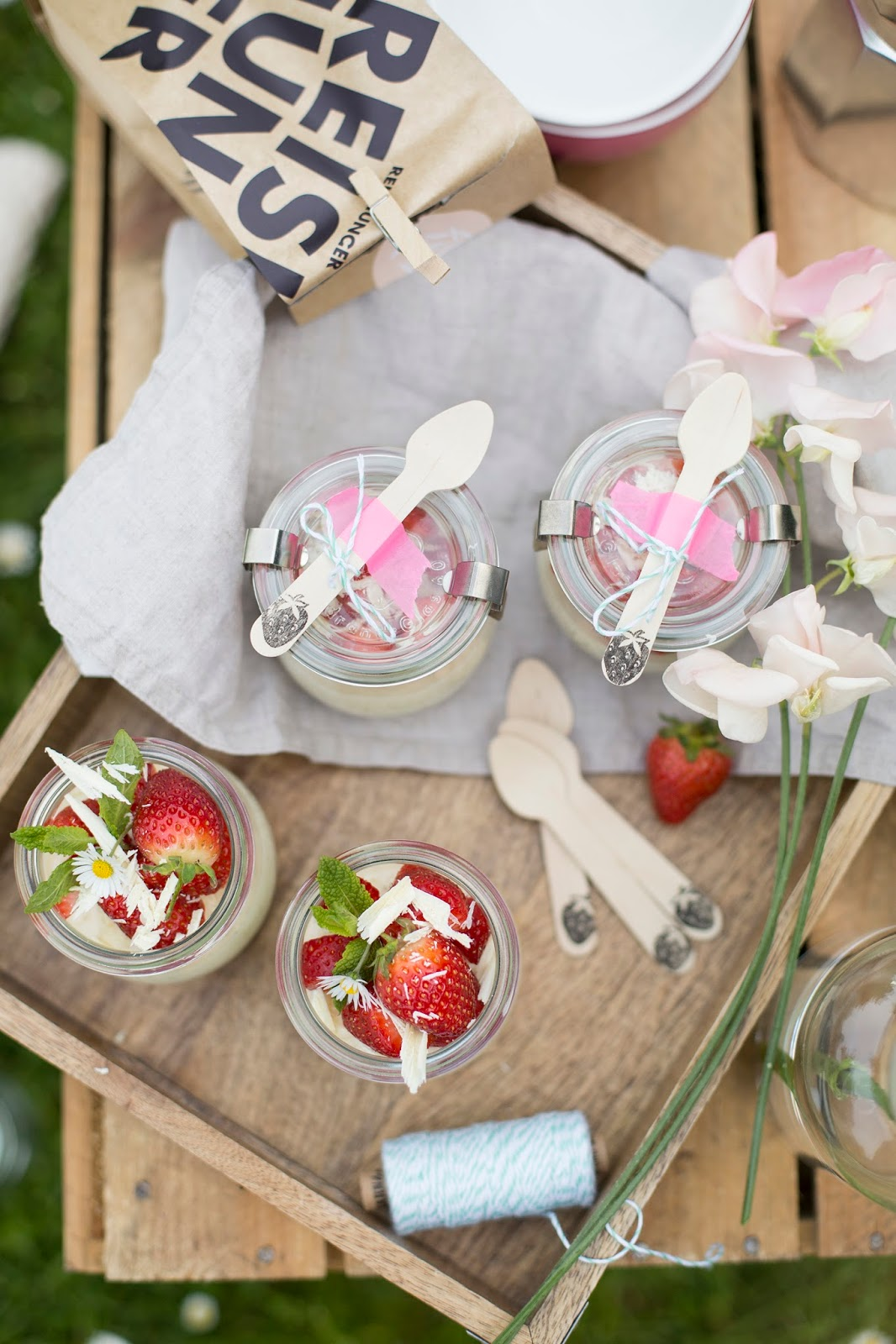 Picknick mit weißem Schokoladenmilchreis mit Erdbeeren