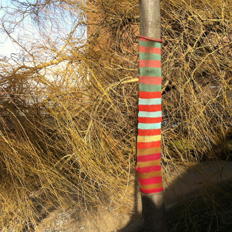 http://1.bp.blogspot.com/-PeUvSAIxGM4/UQqC7HvieOI/AAAAAAAAA7g/z_-vpDPp_h8/s1600/guerilla-knitting_thames-willow.jpg