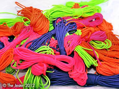 Fröhliches Fesseln mit buntem Seil