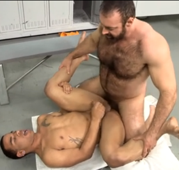 Brad Kalvo: barbudo peludão fudendo no vestiário