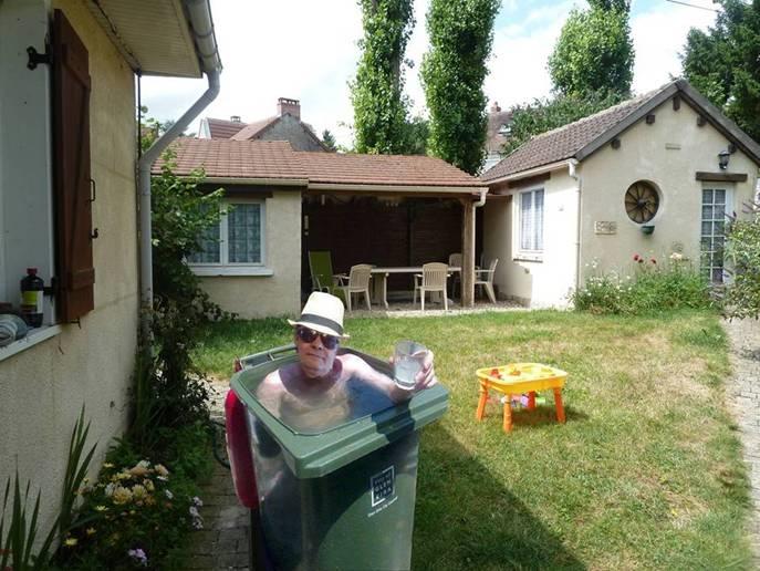 help, qui a spa voir piscine Poubelle