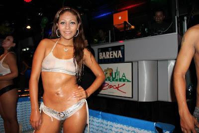 Ingrid Rivera Angie Quintana Ingrid Rivera y Angie Quintana haciendo polos mojados en Tequila rock