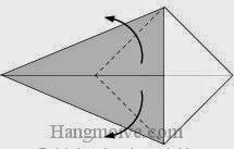 Bước 3: Gấp chéo hai cạnh của lớp giấy trên cùng tờ giấy ra ngoài.
