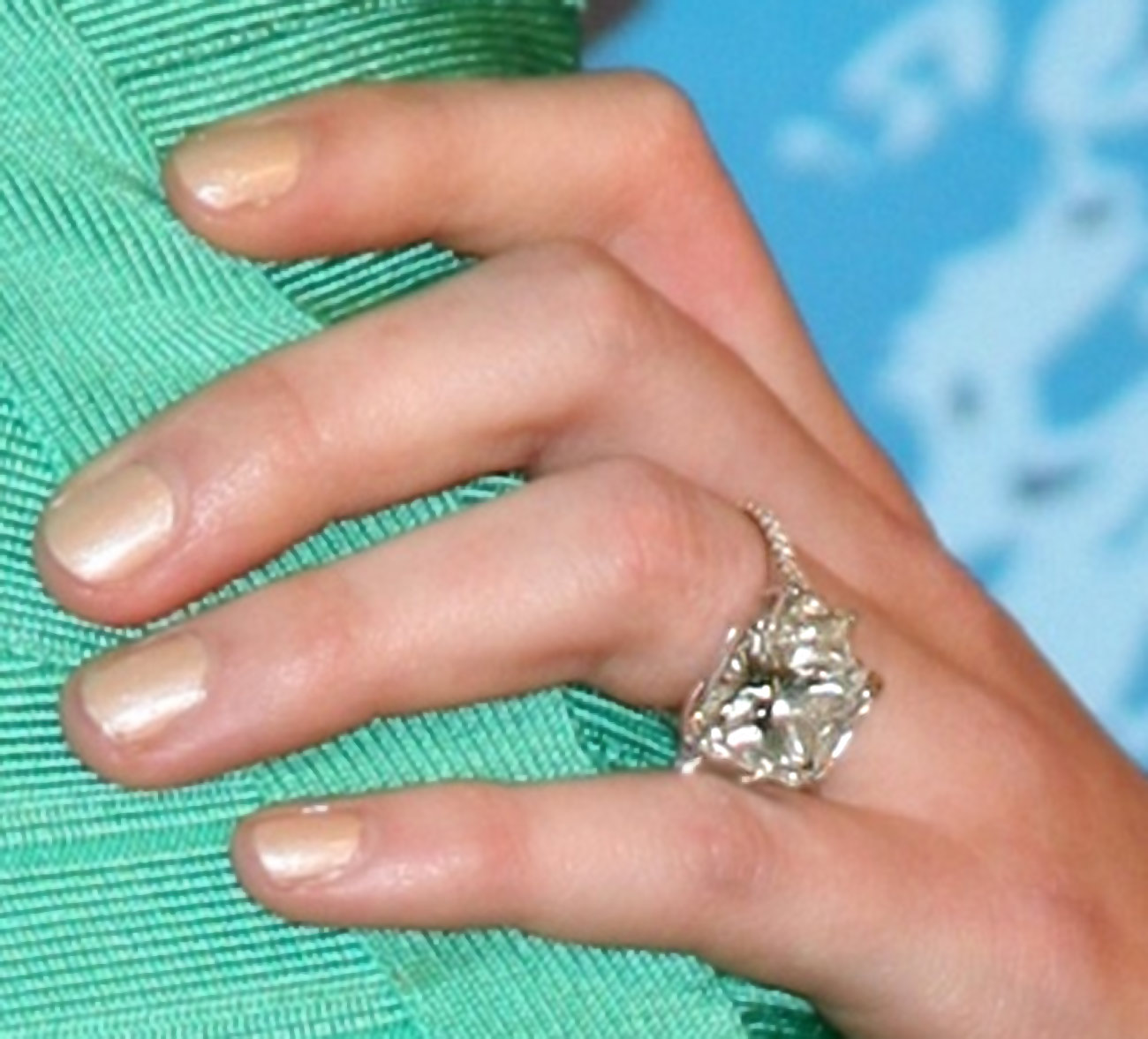 http://1.bp.blogspot.com/-PgGlAJ2NaQ0/TpuvpewW_LI/AAAAAAAAEtU/zEisKnLBvlc/s1600/hilary-duff-engagement-ring-photo.jpg