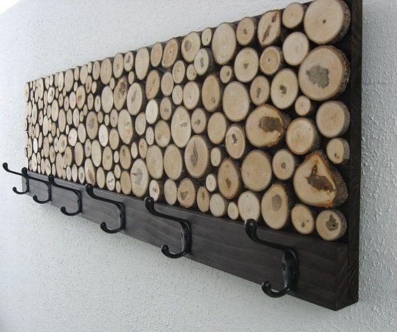 cabideiro com painel de madeira rútica roliça