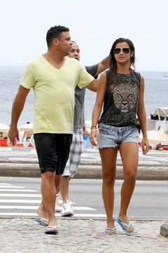 Ronaldo curte praia com Paula Morais, que assume: 'Estamos namorando'