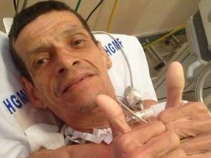 Valdelúcio de Oliveira faz sinal de positivo após ser  dado como morto (Foto: Acervo Pessoal)