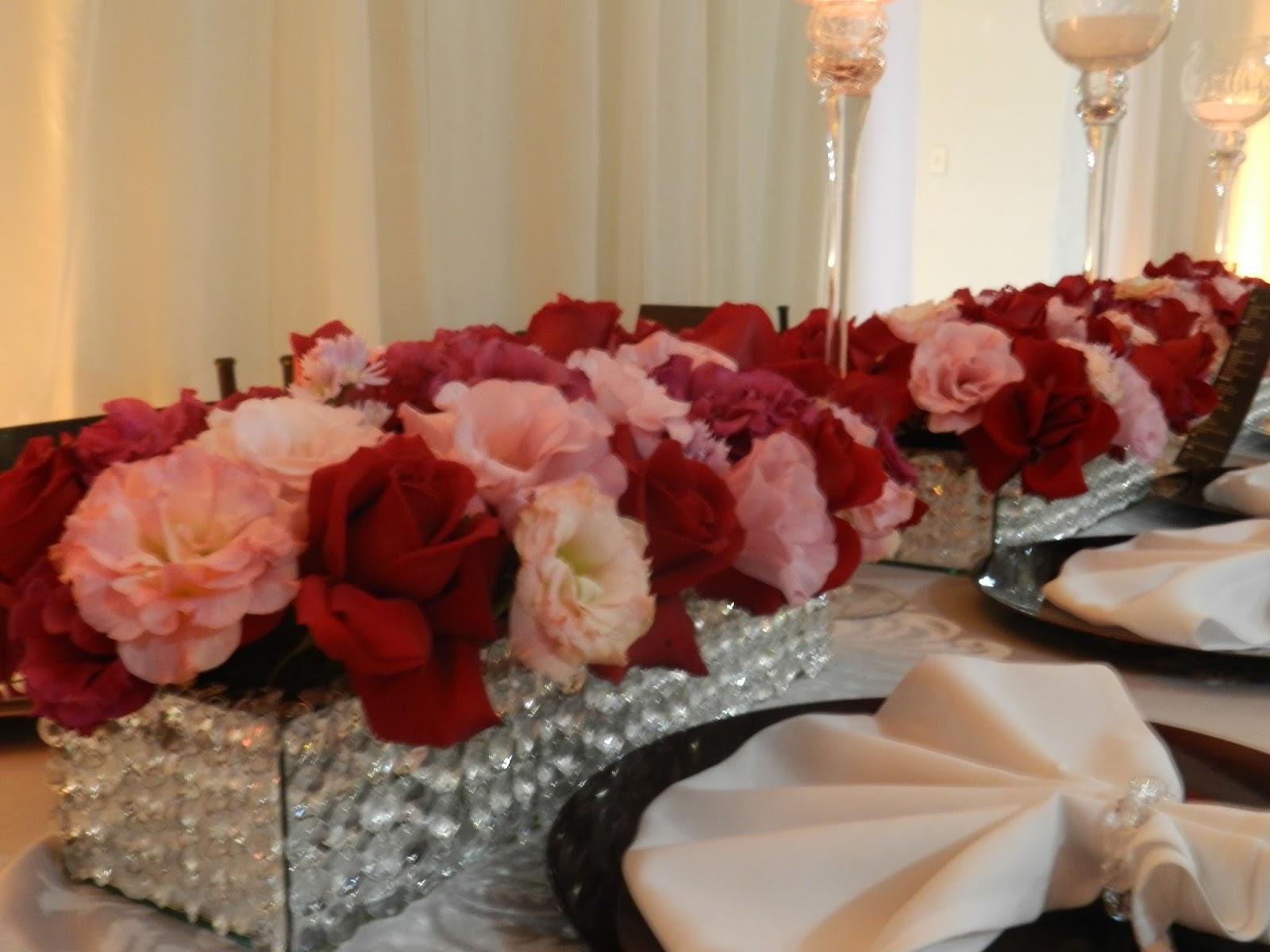 Arranjos com flores vermelhas e rosa chá