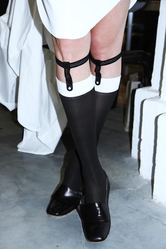 В новых ботинках при ходьбе с одной ноги сползает носок