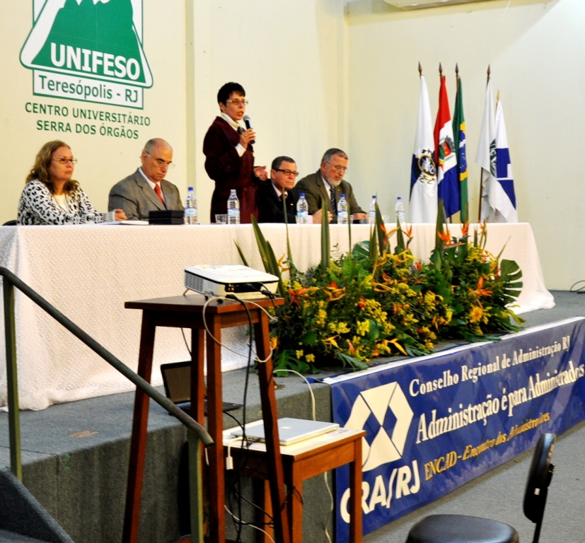 Foto 1: A professora Valéria Brites (em pé) recebe mais uma vez o público do ENCAD com boas-vindas.