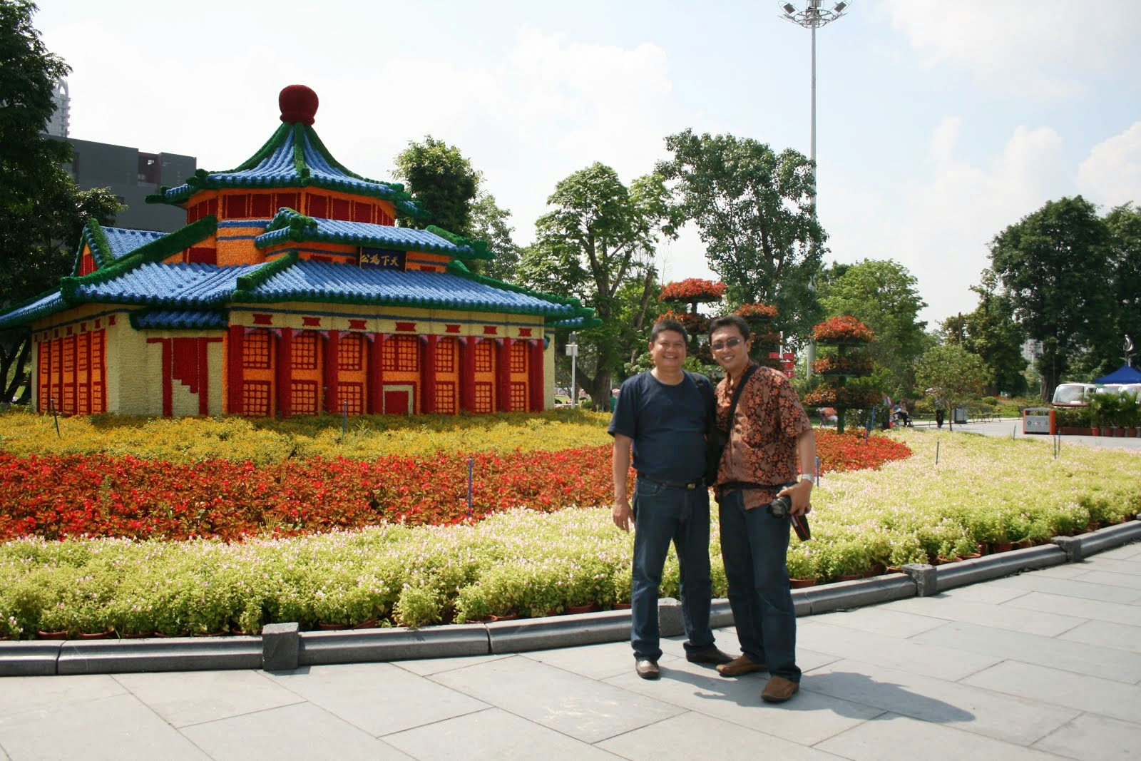 Bersama Agus Setiawan (Dekan FISS), China. 2011