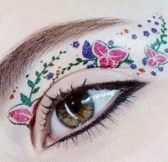 sombra com flores no olho tattoo