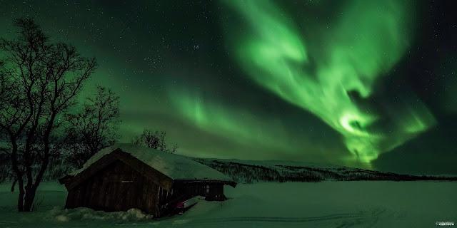 Cực quang ngày 1/1/2014 bởi tác giả Geir-Inge Bushmann. Cực quang thường được nhìn thấy ở những nơi xa về phía bắc của Trái Đất, như là các quốc gia giáp Bắc Băng Dương, Canada và Alaska, các nước Bắc Âu, Iceland, Greenland và Nga.