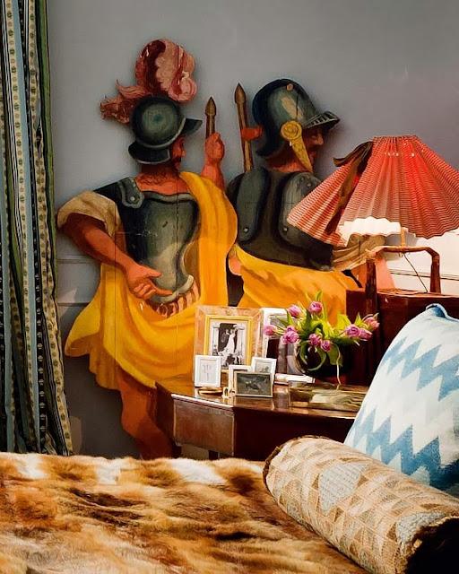Oryginalna artystyczna instalacja w sypialni