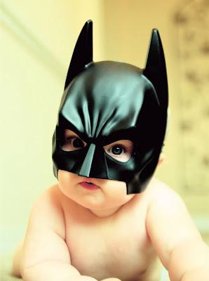 Bebe disfrazado de heroe batman