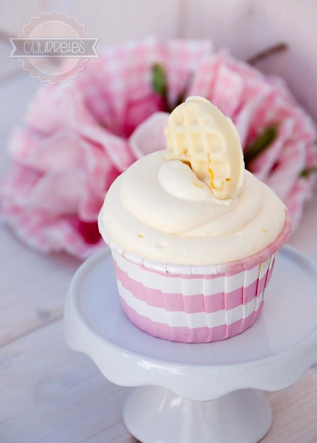 Un brownie de chocolate blanco, una tarta de queso y crema de limón, todo ello en un cupcake.