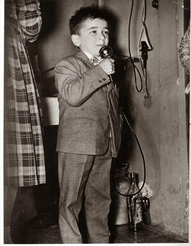"""Enrico: il 26/01/1957, mentre recita la poesia in dialetto parmigiano """"I dént"""" di Alfredo Zerbini"""