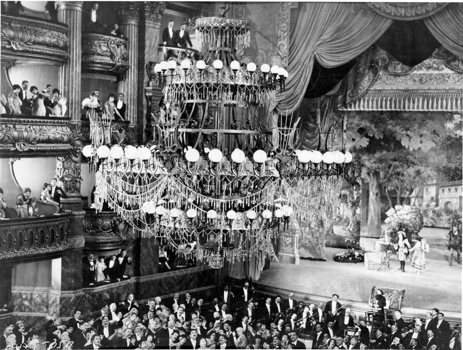 Amazingly The Scene In Which Grand Chandelier Falls On Audience Was A Practical Effect This Achieved By Gently Lowered Onto