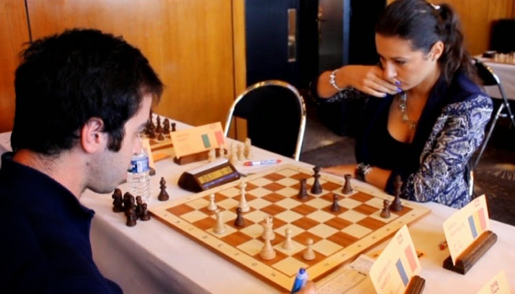 Le Français Marcello Santarnecchi contre et la maître internationale roumaine Silvia-Raluca Sgircea © Chess & Strategy
