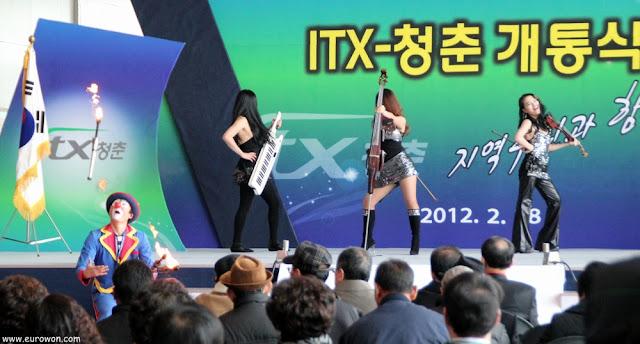 Coreanas tocando rock clásico y payaso haciendo malabares