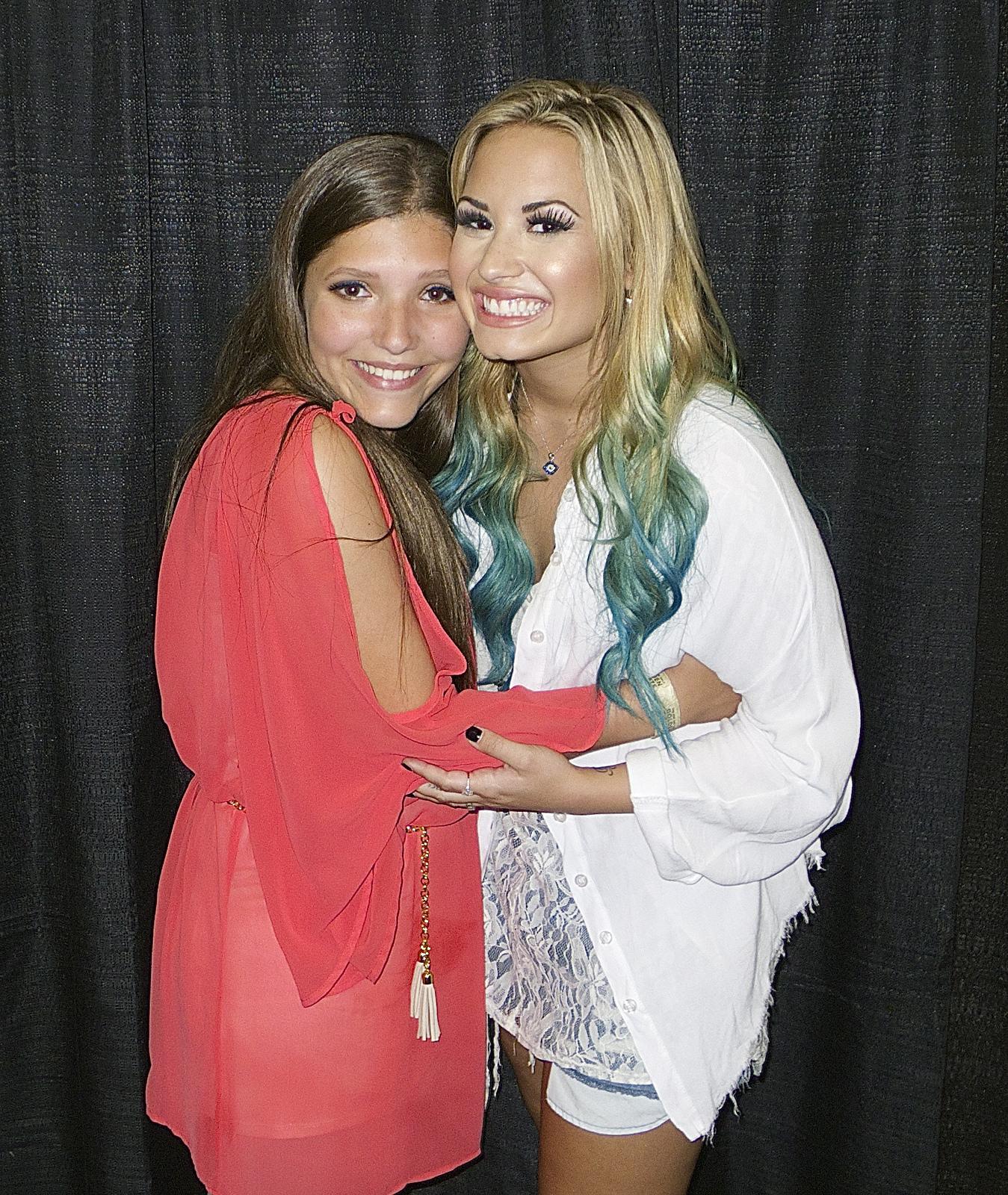 http://1.bp.blogspot.com/-PkHJPeOzzBc/UEZnLDHykqI/AAAAAAAAAdg/tAvH8mJf09A/s1600/I+met+Demi+Lovato+and+me+hug.jpg