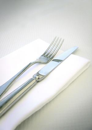 fourchette et couteau posés sur une serviette