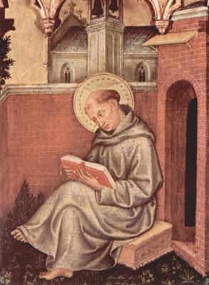 Santo Tomas sentado en el clausto del convento  leyendo un libro