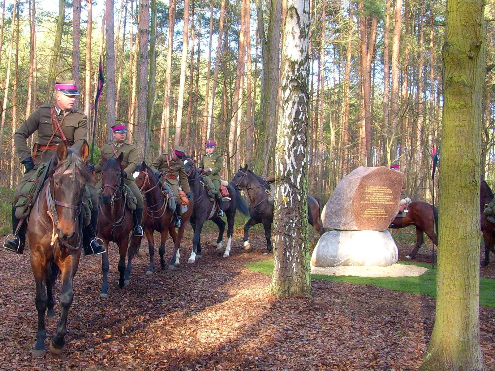 Ceteń, ułani przy pomniku. Fotografię udostępniło Stowarzyszenie Ułanów im. OWWP majora Hubala z Poświętnego.