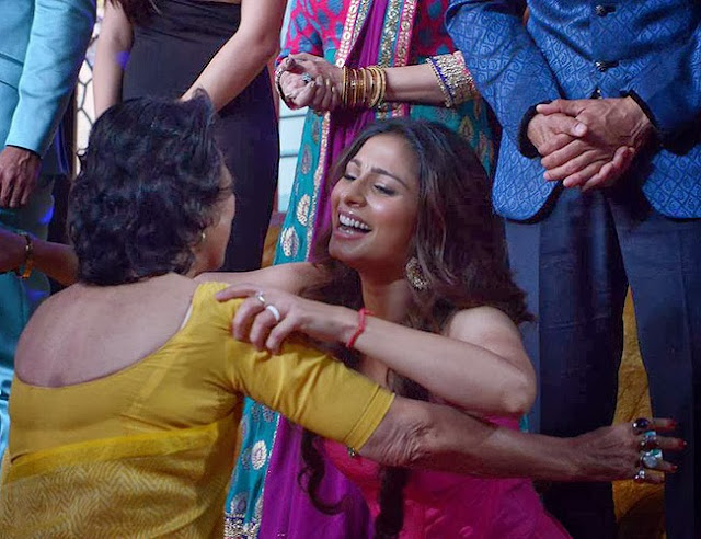 Tanisha Mukherjee hugging her mom Tanuja in Bigg Boss 7 finale night