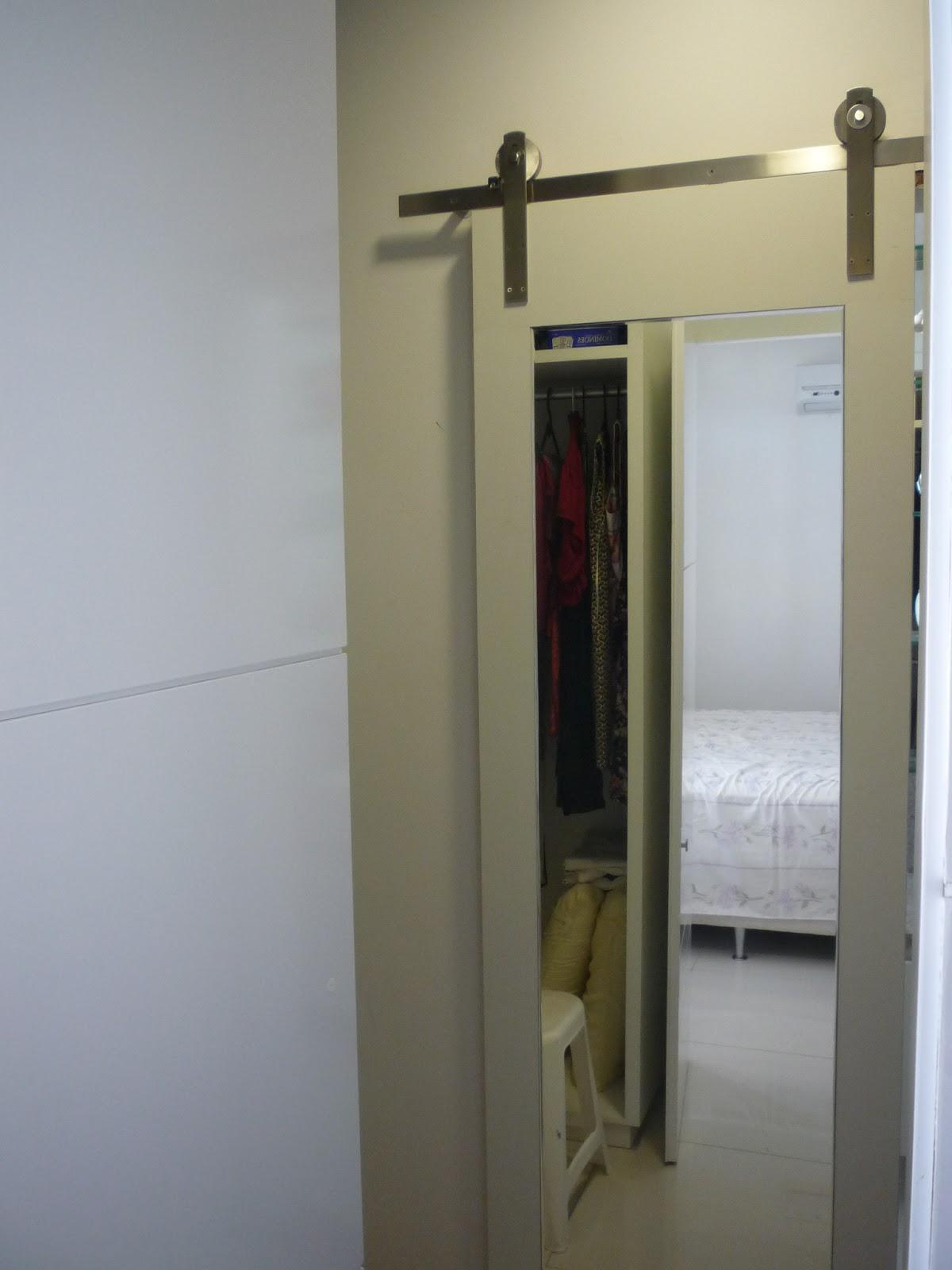 Interiores: DETALHES QUE FAZEM A DIFERENÇA: PORTA DE CORRER ESPELHADA #7F754C 1200x1600 Banheiro Com Duas Portas De Entrada