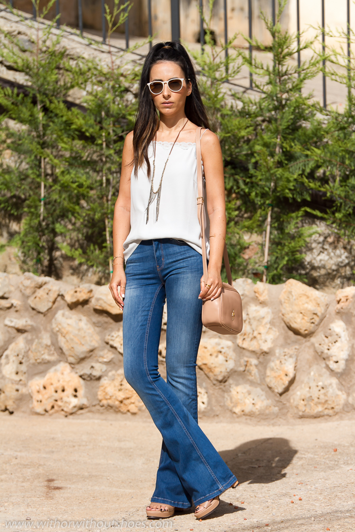 Look estilo años 70 con top lencero de seda y pantalones vaqueros jeans de campana
