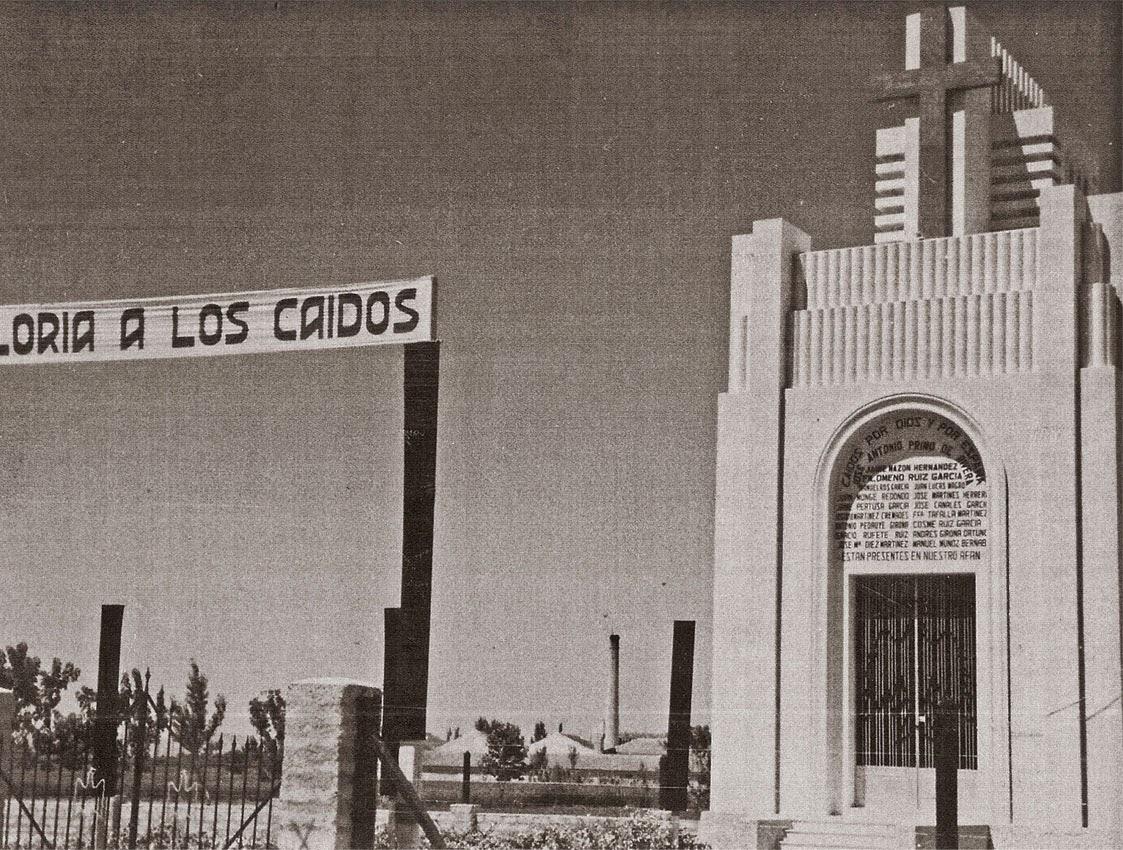 Despu s de la guerra en los terrenos donde hab a estado el antiguo cementerio se construy el llamado pante n de los ca dos que fue inaugurado en 1940