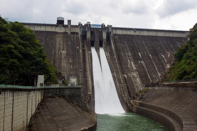 矢木沢ダムの代わりに利水補給のため放流している下久保ダム